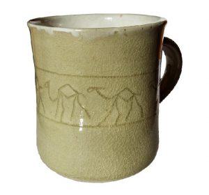 Světle zelený hrnek s rytím – Hrnek zdobený velbloudy