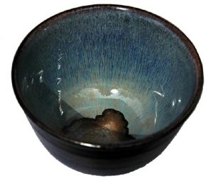Velká černá miska na čaj – Modrá stékaná glazura