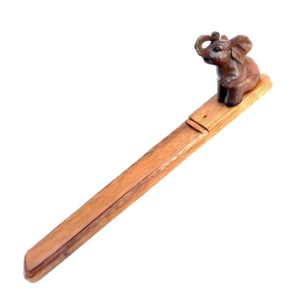 Stojánek na tyčky se slonem – vyřezávaný dřevěný stojánek