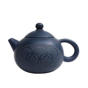 Kulatá tmavě modrá yixingová konvička s olympijským motivem – 200 ml